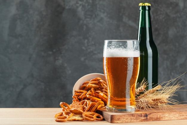 Birra chiara e snack