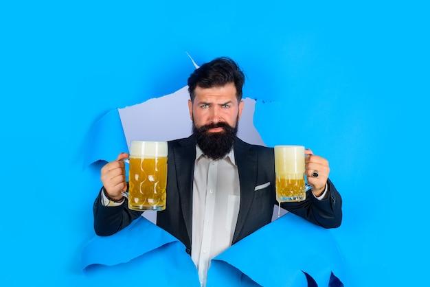 Lager e birra scura uomo elegante che beve birra beve alcolici per il tempo libero concetto uomo barbuto con