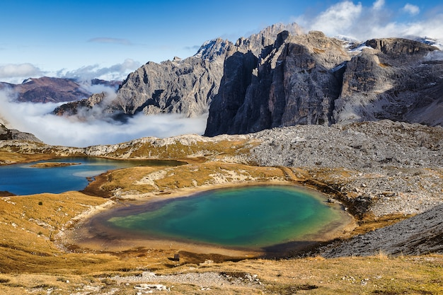 Vista dei laghi laghi del piani ed enormi montagne rocciose nel parco di tre cime di lavaredo, dolomiti, italia