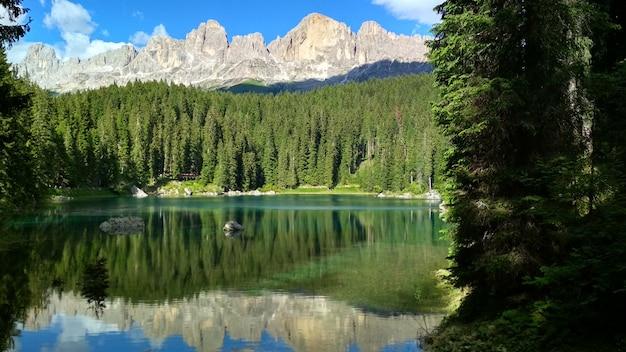 Lago di carezza (karersee), un bellissimo lago nelle dolomiti, trentino alto adige, italia