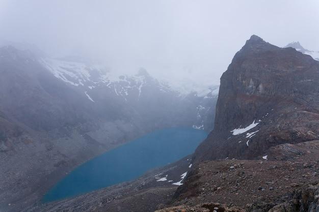 Vista laguna sucia in una giornata nuvolosa montagna fitz roy, patagonia, argentina