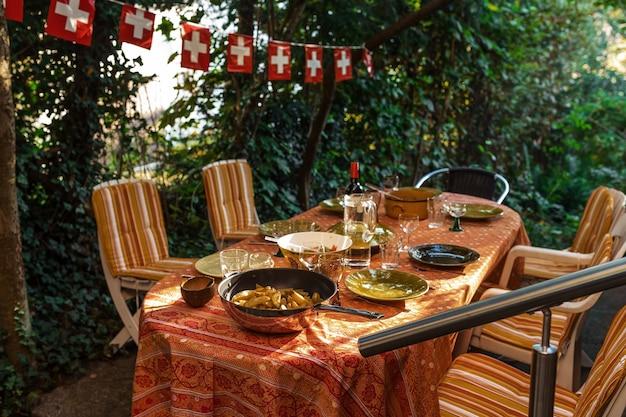 Tavola apparecchiata con cibo nel cortile in svizzera