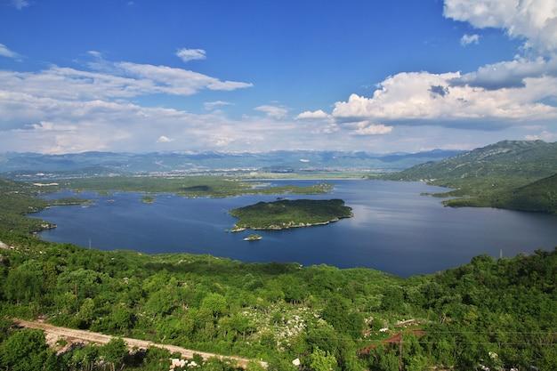 Il lago in albania montagne