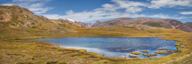 Il lago tra la tundra di montagna, vista panoramica