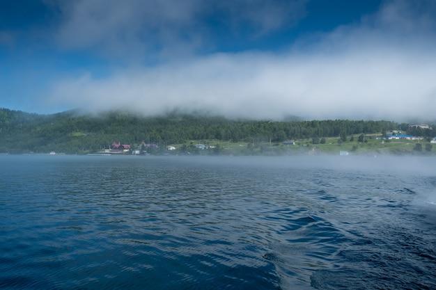 Lago baikal vicino al porto del villaggio baikal russia giornata di sole vista della riva alta e limpide acque del lago...