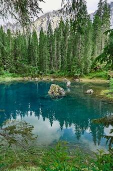 Lago di carezza con acqua cristallina