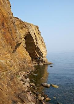 Grotta del lago. vista sullo stretto di maloe more, capo uyuga, lago baikal