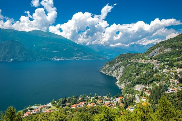 Lago di como e la città di varenna, italia