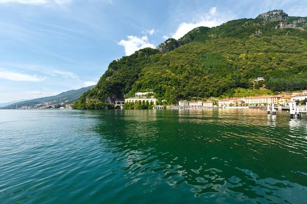 Vista di estate della riva del lago como (italia) dal bordo della nave