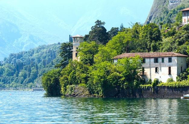 Vista estiva della riva del lago di como (italia) dal bordo della nave
