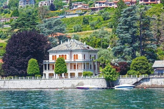 Lago di como (italia) vista estiva della riva dal bordo della nave