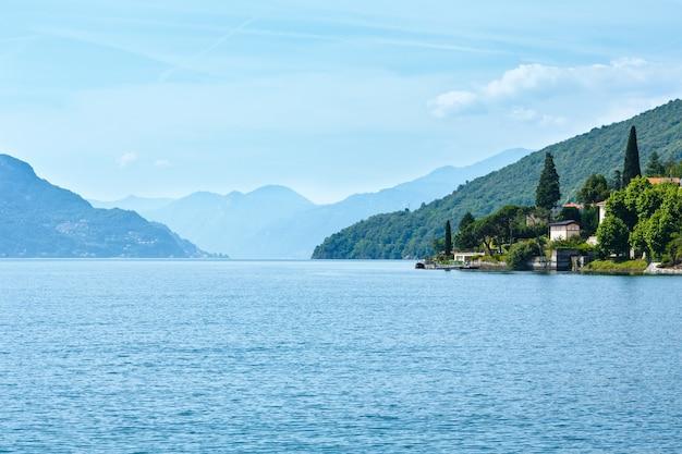 Lago di como (italia) vista estiva dal bordo della nave