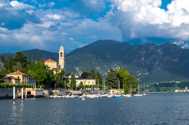Lago di como e tremezzo città con porto turistico con yacht, italia