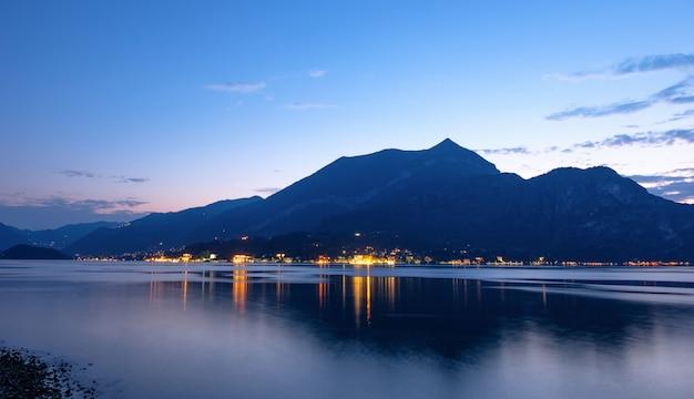 Lago di como con le montagne al tramonto