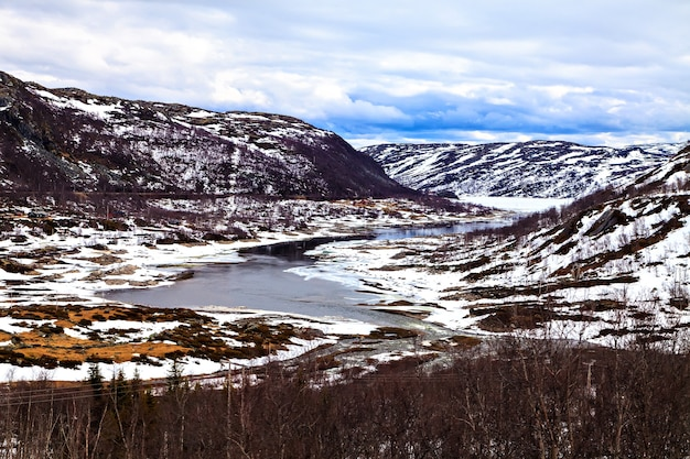 Il lago ricoperto di ghiaccio e montagne di neve