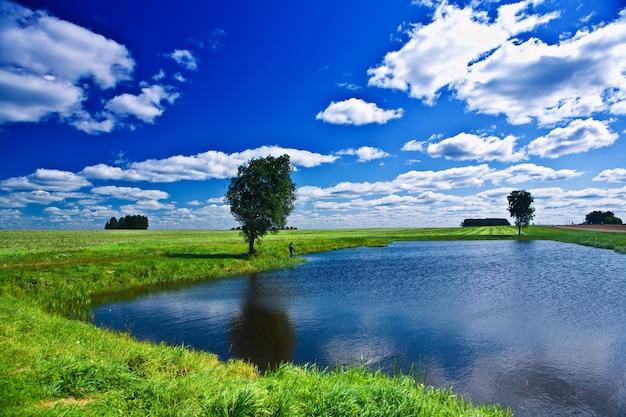 Lago su un campo