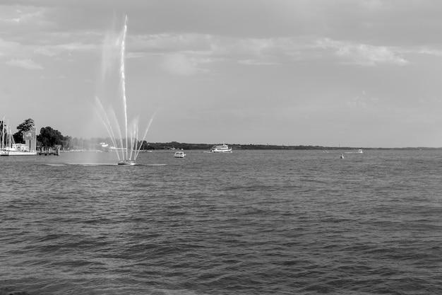 Lago di garda visto dal lungolago di bardolino con la caratteristica fontana