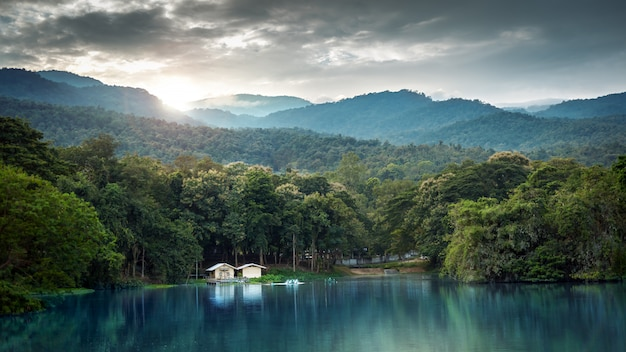 Paesaggio del lago con le montagne nella stagione invernale al tramonto, chiang mai, tailandia