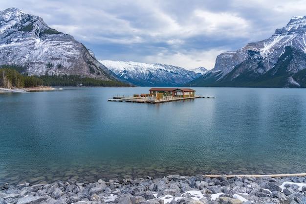 Biglietteria della crociera sul lago minnewanka all'inizio dell'inverno parco nazionale di banff montagne rocciose canadesi