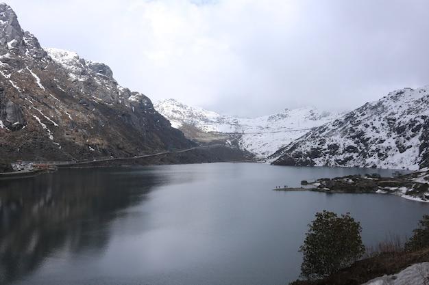Lago e mountain view