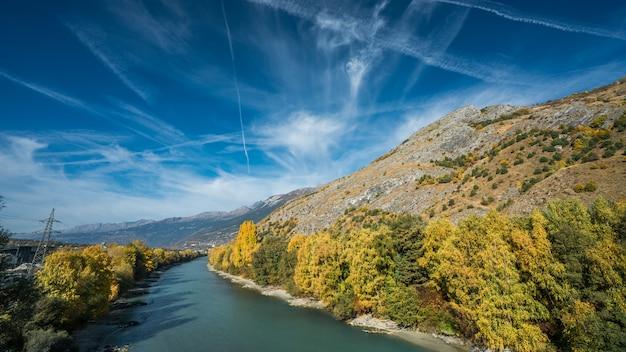 Montagna del lago con la priorità bassa del cielo blu