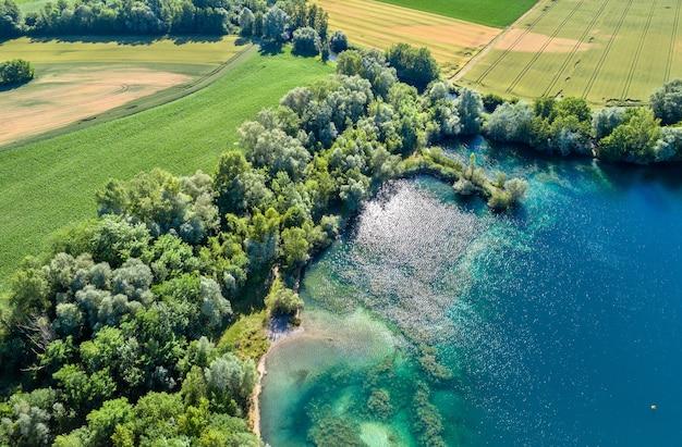 Un lago vicino al reno a sud di strasburgo - grand est, france