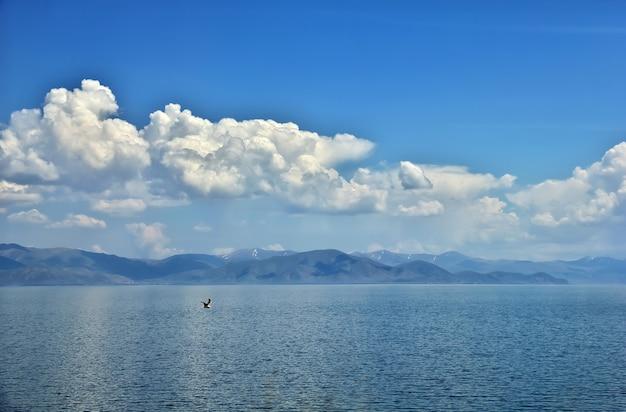 Lago sevan nelle montagne del caucaso dell'armenia