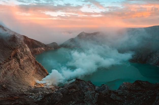 Lago e miniera di zolfo al cratere del vulcano khawa ijen, isola di giava, indonesia Foto Premium