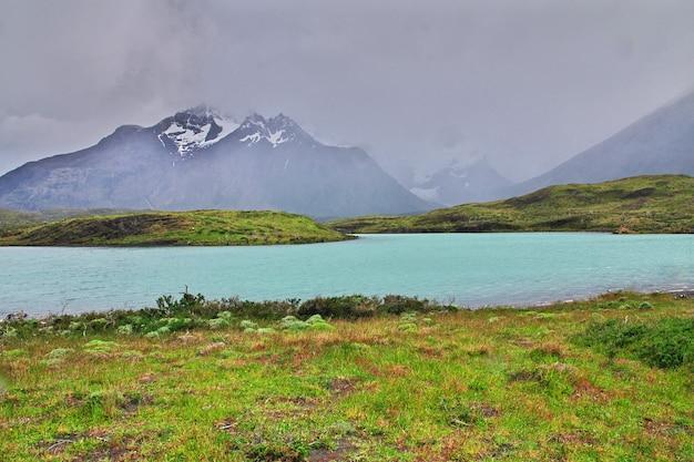 Lago nel parco nazionale torres del paine, patagonia, cile