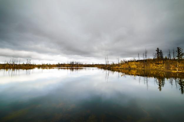 Lago nella tundra nella penisola di taimyr