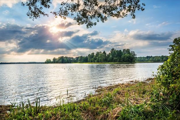 Lago valday nei raggi di un sole che tramonta tra le nuvole vicino al monastero di iversky