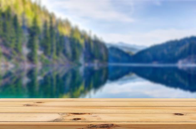 Sfondo dell'acqua del lago con display del prodotto da tavolo in legno wooden