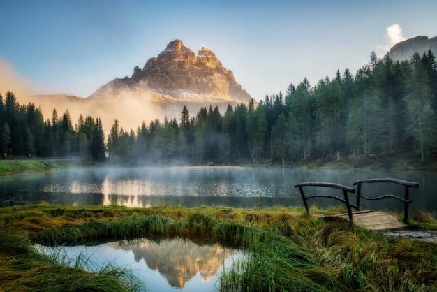 Lago con nebbia in montagna