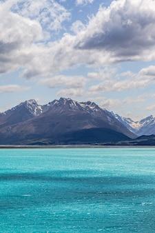 Lago con acqua turchese tra le montagne delle alpi del sud