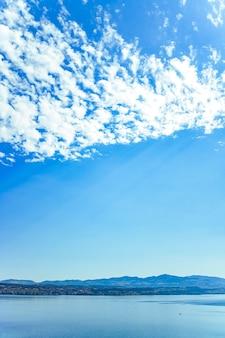 Lago di zurigo a wollerau cantone di svitto in svizzera zurichsee montagne svizzere paesaggio acqua blu e cielo natura idilliaca e destinazione di viaggio perfetta ideale come stampa d'arte scenica