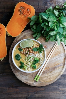 Zuppa di noodle laksa con zucca e broccoli, zuppa piccante tailandese