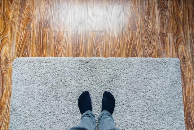 Parquet laminato. struttura in legno chiaro. tappeto morbido beige. design d'interni caldo