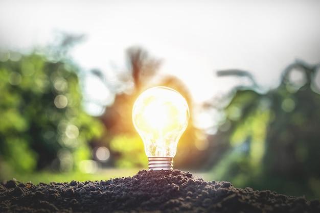 Lampada a terra secondo il concetto o il concetto di risparmio energetico