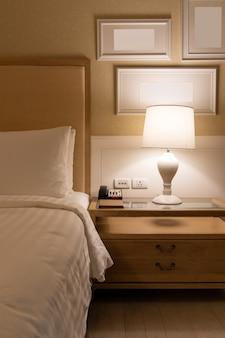 Lampada su un comodino accanto al letto classico.