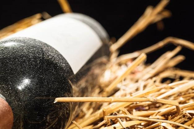 La lampada scintilla in una bottiglia di vino di vino coperto di polvere