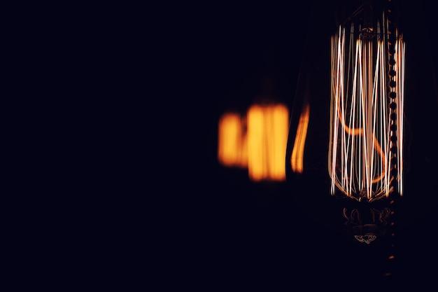 Lampade con filamento di tungsteno. lampadina edison. filamento a filamento nelle lampade vintage. design retrò di lampadine.