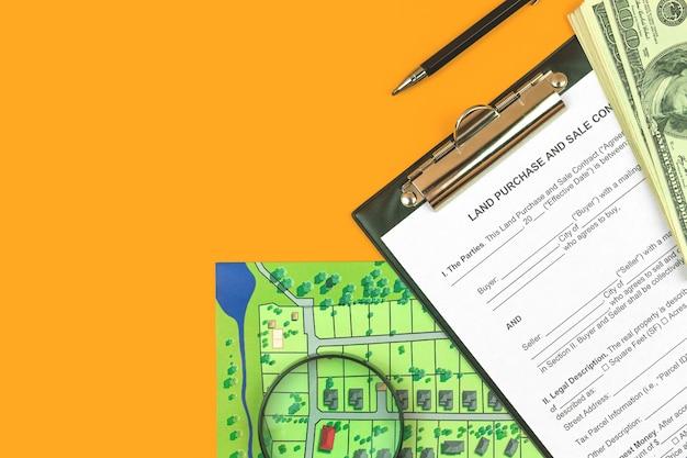 Modulo e appunti del contratto di vendita del terreno. desktop da ufficio con documenti immobiliari, foto vista dall'alto