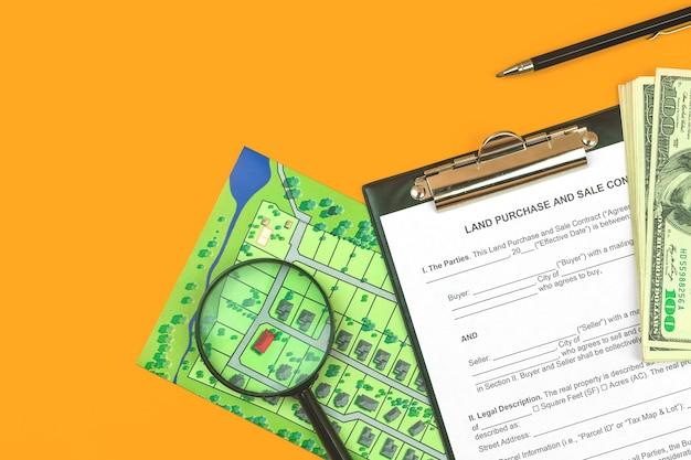 Modulo di contratto di vendita e acquisto di terreni e appunti. desktop da ufficio con documenti immobiliari, foto vista dall'alto