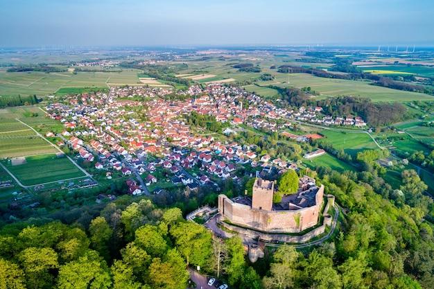 Il castello di landeck e la città di klingenmunster nello stato tedesco della renania-palatinato