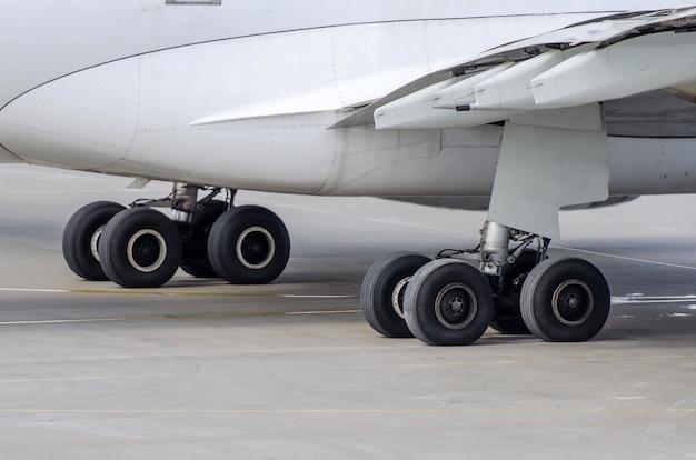 Carrello di atterraggio di grandi aerei passeggeri