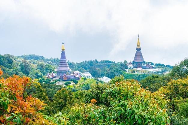 Landmark pagoda nel parco nazionale doi inthanon con cielo nuvoloso a chiang mai, thailandia.