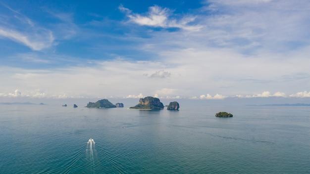 Paesaggio vista aerea isole del mare e dei turisti in barca kra bi thailandia
