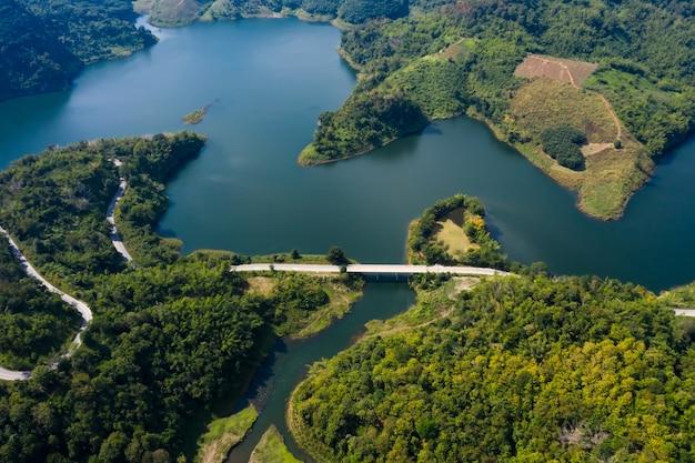 Paesaggio vista aerea della diga di mae suai e il percorso con i ponti che collegano la città nella valle a doi chang chiang rai thailandia
