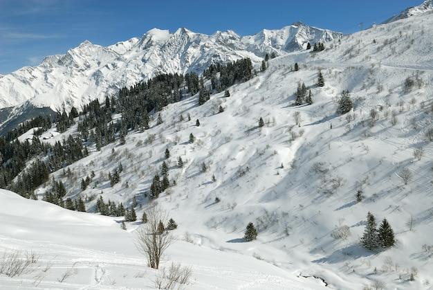 Paesaggio delle alpi in francia entro l'inverno