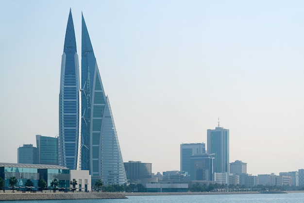 Paesaggio della baia del bahrain con l'iconico edificio del bahrain